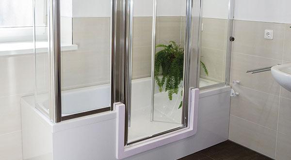 badewanne mit t r oder begehbare dusche mittels ma gefertigter duschwanne. Black Bedroom Furniture Sets. Home Design Ideas
